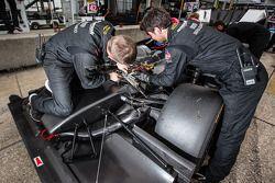 OAK Racing teamleden aan het werk