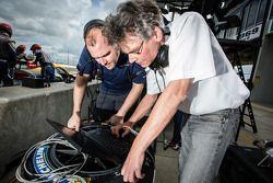 SRT Motorsports teamleden aan het werk