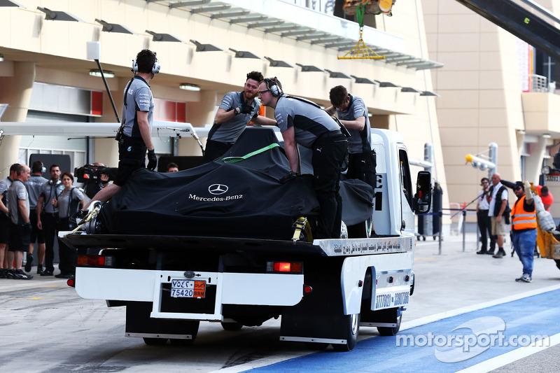 La Mercedes AMG F1 W05 di Nico Rosberg, Mercedes AMG F1 viene portata di nuovo ai box sul retro di u