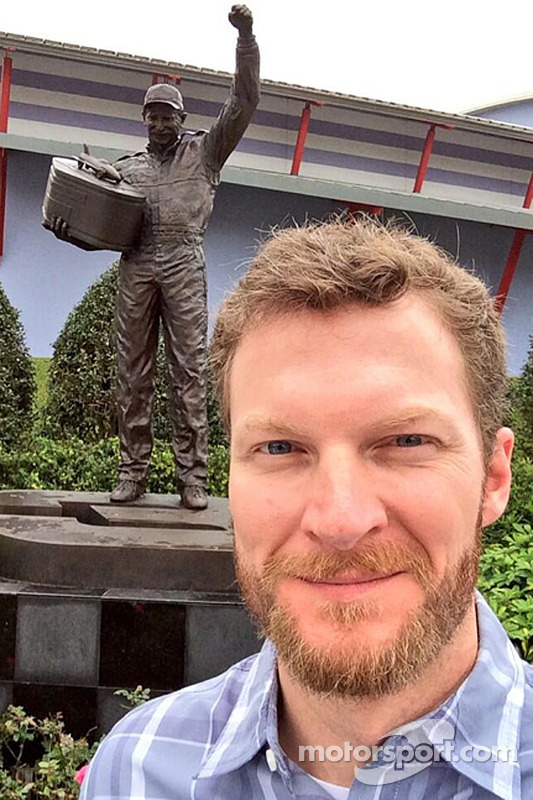 Dale Earnhardt Jr., Hendrick Motorsports Chevrolet tira uma selfie em frente à estátua de seu pai