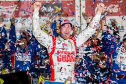 Victory Lane: Sieger Dale Earnhardt Jr. feiert