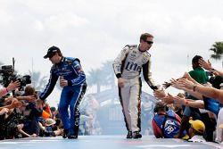 Ricky Stenhouse Jr., Roush Fenway 福特车队,和Brad Keselowski, Penske福特车队