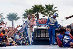 Jimmie Johnson, Hendrick Motorsports Chevrolet ve Brian Vickers, Michael Waltrip Racing Toyota