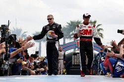 Bobby Labonte, HScott Motorsports Chevrolet et Greg Biffle, Roush Fenway Racing Ford