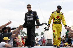 希尔曼雪佛兰车队的兰登·卡西尔和前排福特车队的大卫·吉里兰