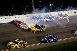 Crash Kyle Larson, Ganassi Racing Chevrolet, Marcos Ambrose, Richard Petty Motorsports Ford, Kasey K