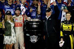 Vencedor Dale Earnhardt Jr., Hendrick Motorsports Chevrolet com Rick Hendrick