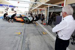 Charlie Whiting, delegado de la FIA observa a Sergio Pérez,Sahara Force India F1 VJM07 en pits