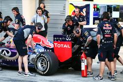 Mechaniker am Auto von Daniel Ricciardo, Red Bull Racing RB10