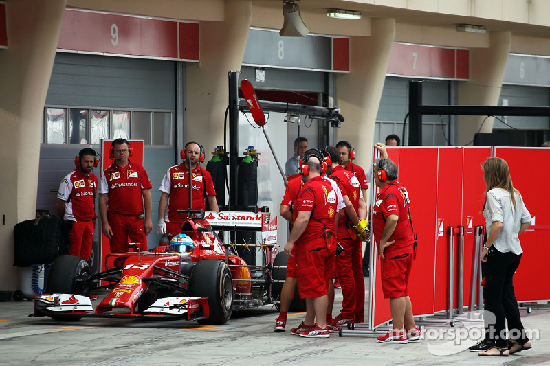 Fernando Alonso, Ferrari F14-T pitten ayrılıyor ve sensor equipment