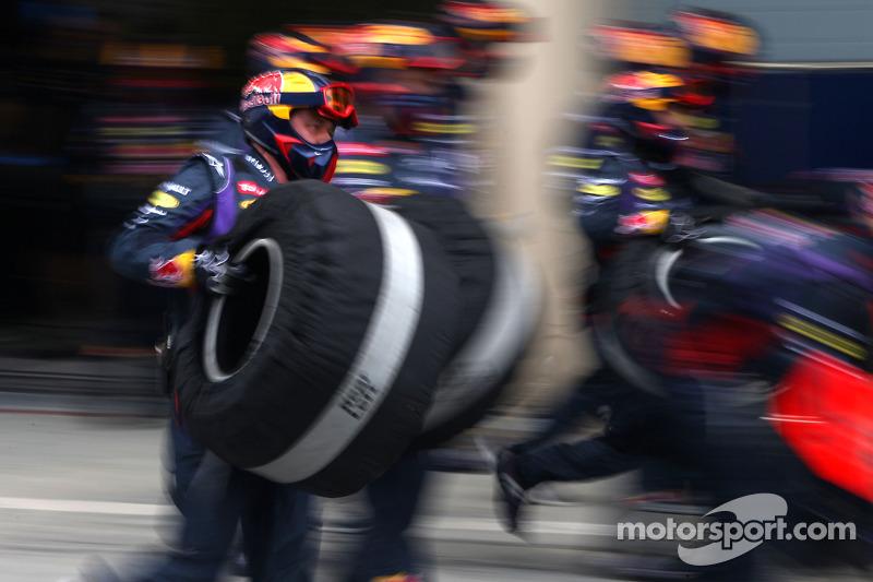 Mecánicos del Red Bull Racing en una parada de pits durante una práctica