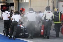 冒烟的索伯C33赛车,阿德里安·苏蒂尔, 索伯车队,正被机械师们推回维修通道