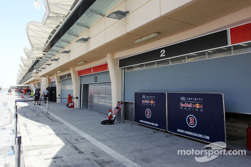 Garaj kapıları kapatılıyor ve Red Bull Racing korunuyor