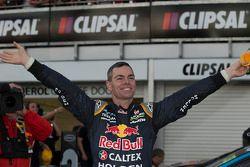 Yarış galibi Craig Lowndes
