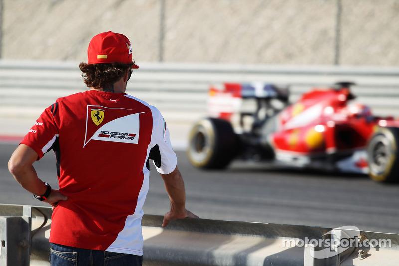 Fernando Alonso, Ferrari takım arkadaşı Kimi Raikkonen'i takip ediyor