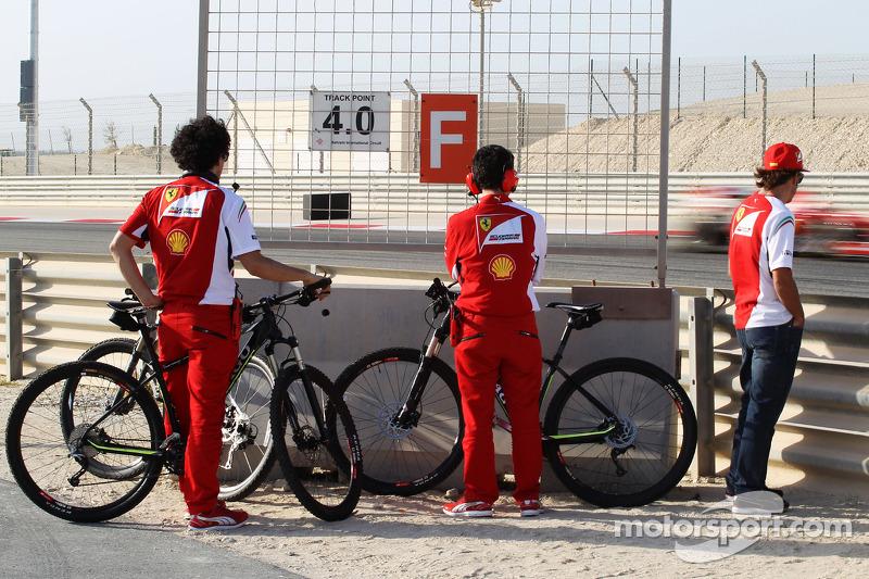 Fernando Alonso, Ferrari observa a Kimi Raikkonen, Ferrari F14-T en el circuito