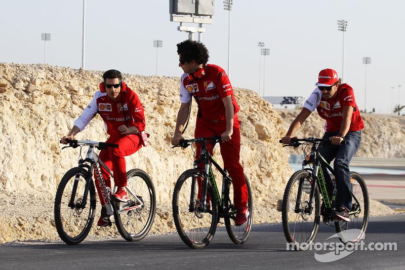Fernando Alonso, Ferrari, en su bicicleta, paseos en la carretera perimetral alrededor del circuito