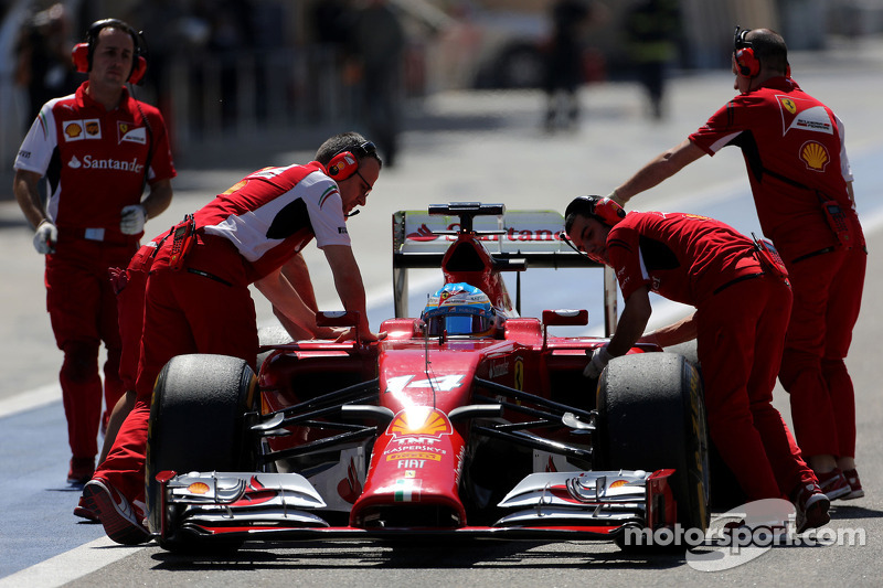 Fernando Alonso, Scuderia Ferrari stops in the pitlane
