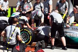 Lewis Hamilton, Mercedes AMG F1 W05, faz uma mudança de bico nos boxes