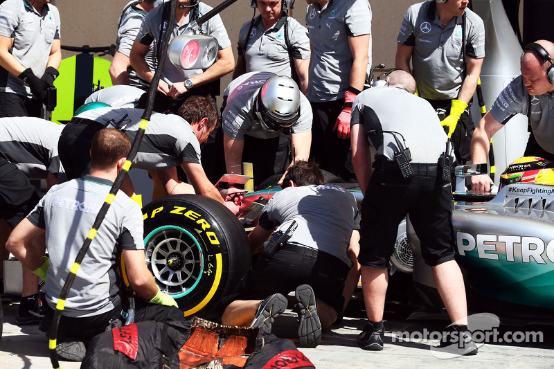 Lewis Hamilton, Mercedes AMG F1 W05 has a nosecone change from mechanics in the pits