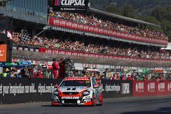 James Courtney, Holden Racing Takımı galibiyete ulaşıyor