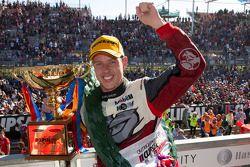 Il vincitore della gara James Courtney, pilota del team Holden Racing