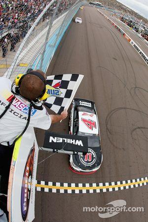 斯图亚特-哈斯雪佛兰车队的凯文·哈维克获胜
