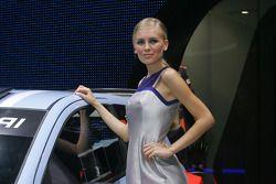 Jeune femme regarde le garage de Danica Patrick