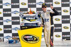 Il vincitore della gara Brad Keselowski su Ford del team Penske