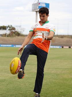 Sergio Pérez s'essaye au football australien