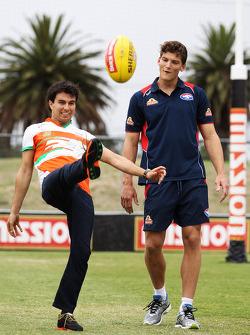 Sergio Pérez pratique le football australien avec Will Minson