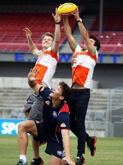 Nico Hülkenberg et Sergio Pérez s'essayent au football australien