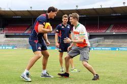 Nico Hülkenberg s'essaye au football australien