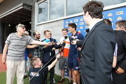 Will Minson et Nico Hülkenberg avec les médias