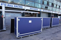 Container vor Box: Red Bull Racing