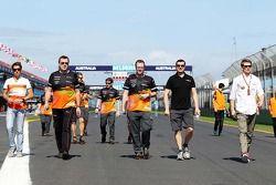 Nico Hulkenberg, Sahara Force India F1 pistte yürüyor ve takımı