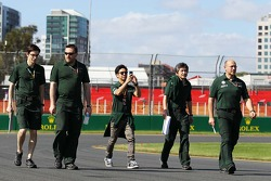 Kamui Kobayashi marche sur le circuit