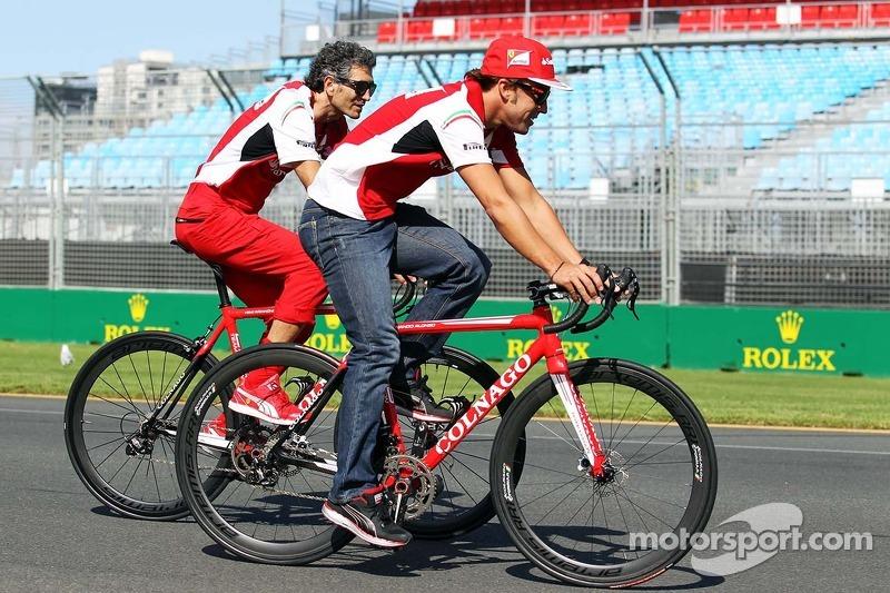 Fernando Alonso, Ferrari en bicicleta por el circuito con Edoardo Bendinelli, entrenador personal