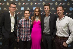 Garth Tander, Tim Slade, Nick Percat et James Courtney avec Georgia Geminder