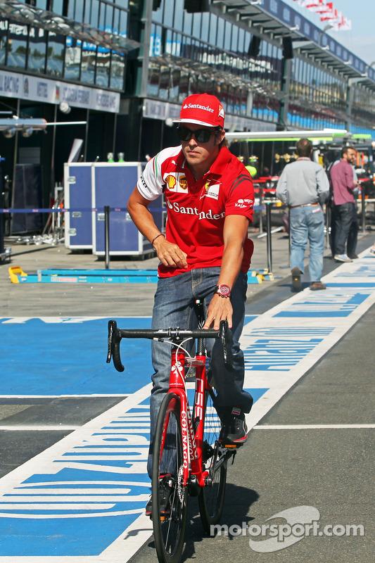 Fernando Alonso, Ferrari cycles the circuit