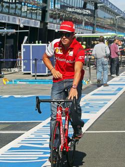 Fernando Alonso à vélo sur le circuit