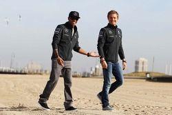 Lewis Hamilton, Mercedes AMG F1 ve takım arkadaşı Nico Rosberg, Mercedes AMG F1 W05 sahilde