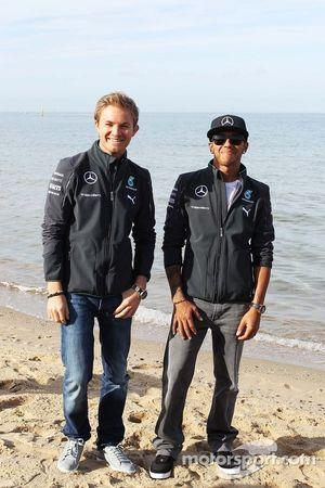 Nico Rosberg, Mercedes AMG F1 ve takım arkadaşı Lewis Hamilton, Mercedes AMG F1 sahilde