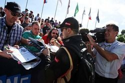 Pastor Maldonado, Lotus F1 Takımı taraftarlar için imza dağıtıyor