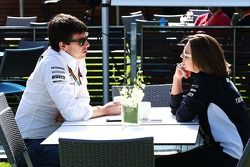 Toto Wolff, Mercedes AMG F1-aandeelhouder en Executive Director, met Claire Williams, Williams waarn
