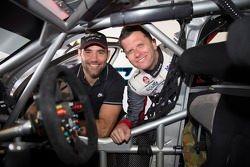 Cameron Smith com pilotos HRT Garth Tander