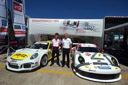 Patrick Long e il PresidentePorsche Motorsport Nordamerica Jens Walther all'annuncio della patnershi
