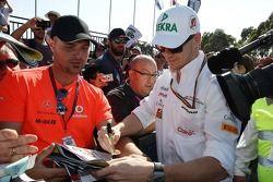 Nico Hulkenberg, Sahara Force India F1 taraftarlar için imza dağıtıyor