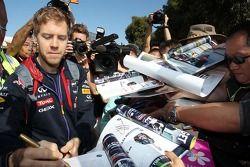 Sebastian Vettel, Red Bull Racing taraftarlar için imza dağıtıyor