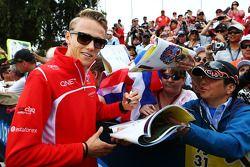 Max Chilton, Marussia F1 Takımı taraftarlar için imza dağıtıyor